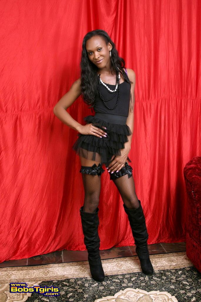 Ebony Kayla Exposes Her Perfect Asshole & Massive Tool