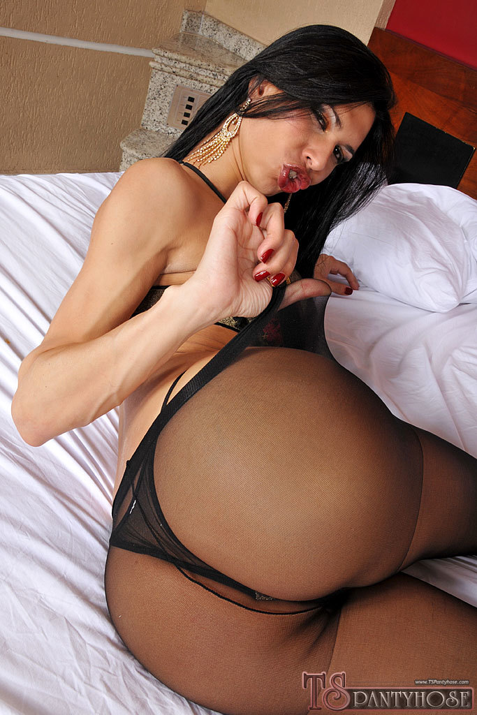 Renata Araujo Shows Us Her Dick Off In Pantyhose Before Smashed