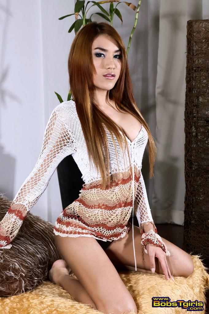Tempting Shemale Pita Posing Her Wonderful Body