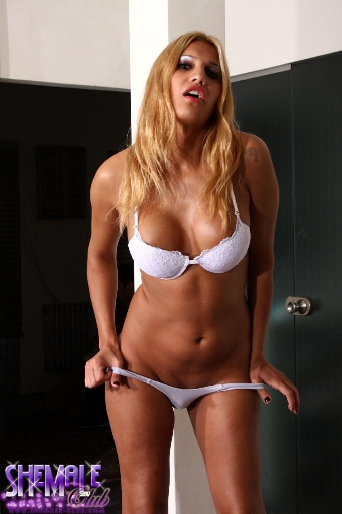 Titillating Vanuchi Spreading Her Bum Wide Open