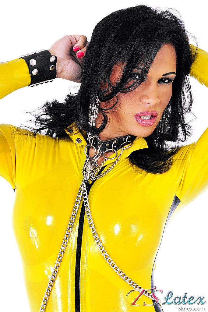 Transexual Hottie Jhoany Wilker In Yellow Latex